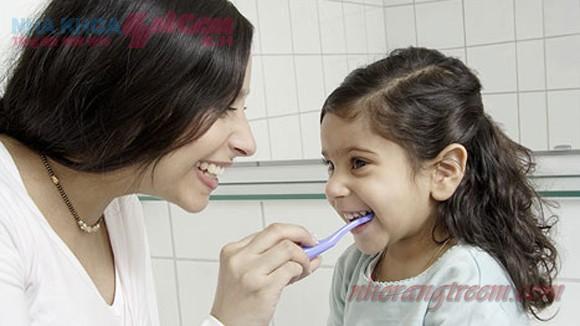 Chế độ chăm sóc răng miệng cho trẻ sau khi nhổ răng
