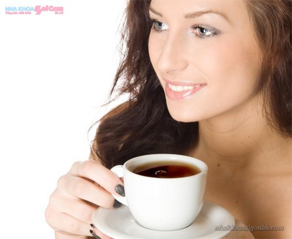 Không nên uống cafe sau khi tẩy trắng răng