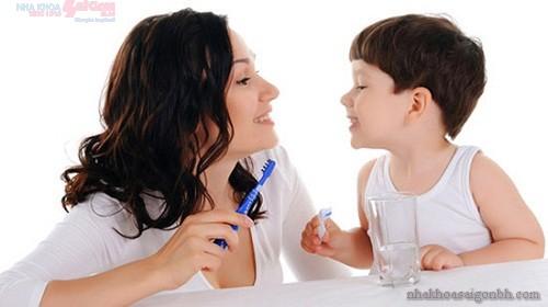 Những sai lầm trong việc chăm sóc răng cho bé