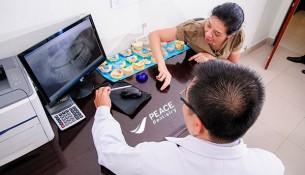 bác sĩ Peace Dentistry tư vấn cho bệnh nhân